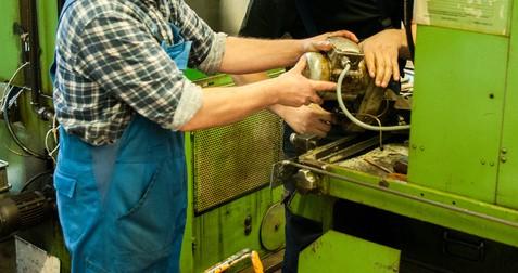 Mechaniker bei Reparatur
