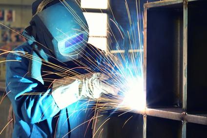 Schweißer - Industriearbeiter in einer Firma // welder - industrial workers in a company